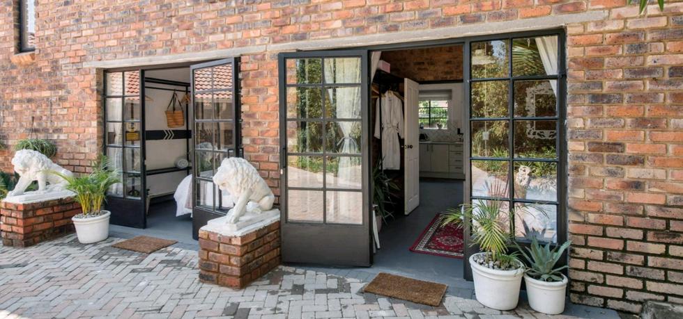 Bedford-Manor-Entrance.png