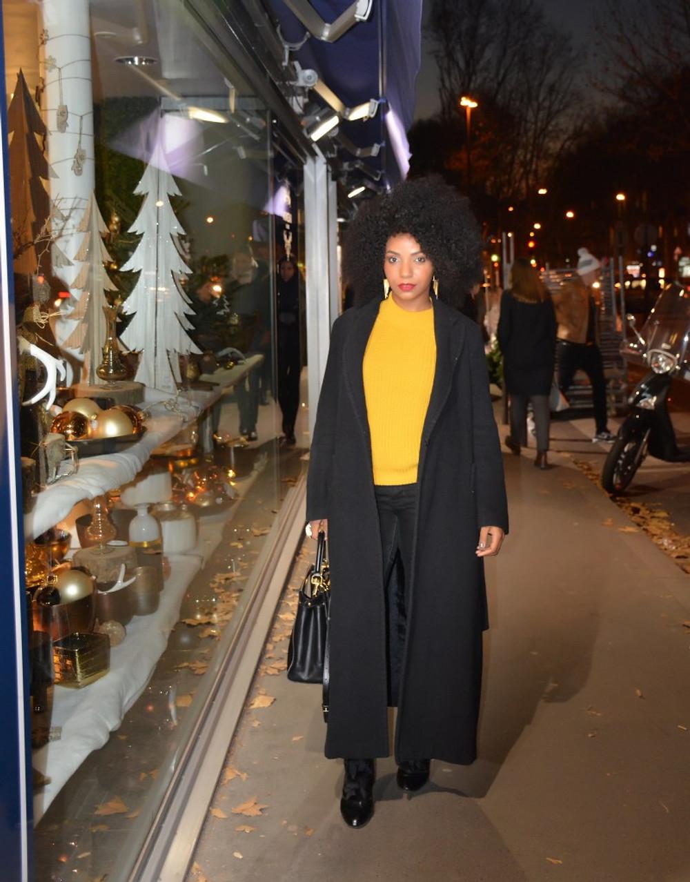 """- Perruque Afro de chez Divador (29 boulevard de Courcelles 75008) - Long manteau piqué à ma mère (elle vit en Afrique, elle n'avait qu'à pas l'oublier à Paris). - Top jaune moutarde de chez Boohoo (il n'existe plus en ma couleur mais vous trouverez vôtre bonheur ICI ou ICI) ps : -50% sur l'intégralité du site cette semaine avec le code """"GREAT50"""". - Bottes en cuir vernis de chez Louis Vuitton.- Perruque Afro de chez Divador (29 boulevard de Courcelles 75008) - Sac à main Peekaboo de Fendi"""