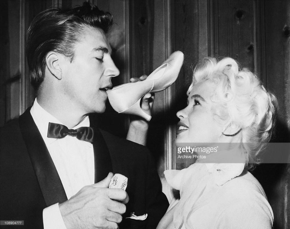 Mickey Hargitay boit du champagne dans le soulier de Jayne Mansfield