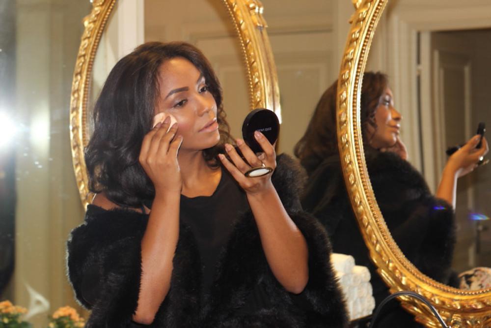Mon nouveau secret beauté se glisse dans le sac et donne de l'éclat au teint en 1 clic ! (Là je suis dans les toilettes du Marriott Hôtel sur les Champs Élysées pour une retouche rapide !