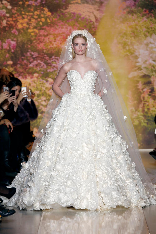 Robe de mariée, bustier ajusté a la taille. Parsemée d'une multitude de fleurs nacre.