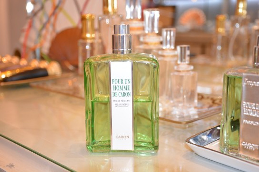 Caron Pour Un Homme Proposé en extrait à sa sortie en 1934, c'est le premier parfum destiné exclusivement aux hommes. Depuis, chaque année est venue renforcer son succès, pour l'imposer aujourd'hui comme une valeur sûre. Expérience d'un jour, parfum d'une vie, il se transmet de génération en génération et fait partie de ces parfums qui ont su convenir à tous les hommes, à toutes les époques. Sa fragrance est restée inchangée. Construit autour d'une lavande subtile et délicate, sur un accord simple et raffiné qui révèle en fond une vanille masculine, sobre et sophistiquée, Pour Un Homme est un parfum indémodable et charismatique. Authentique, frais et sensuel, son sillage, unique, reste à jamais gravé dans les esprits. -Notes de tête : Absolue Lavande, Essence Lavande -Notes de coeur : Lavande, Vanille -Notes de fond : Musc, Ambre 86,50€ les 125ml