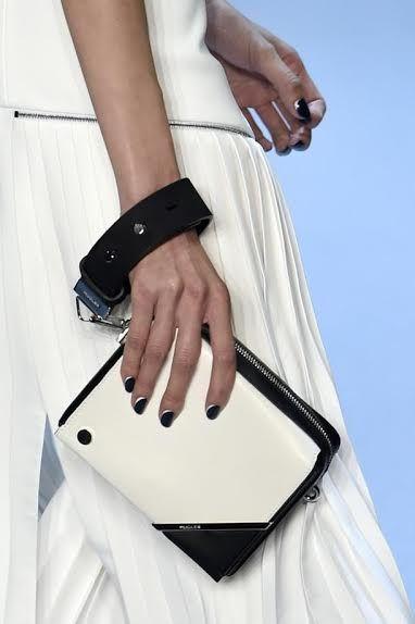 La célèbre manucure anglaise Marian Newman pour Kure Bazaar a imaginé le motif sur les ongles des mannequins du Défilé Mugler, lors de la Semaine de la Fashion Week à Paris.