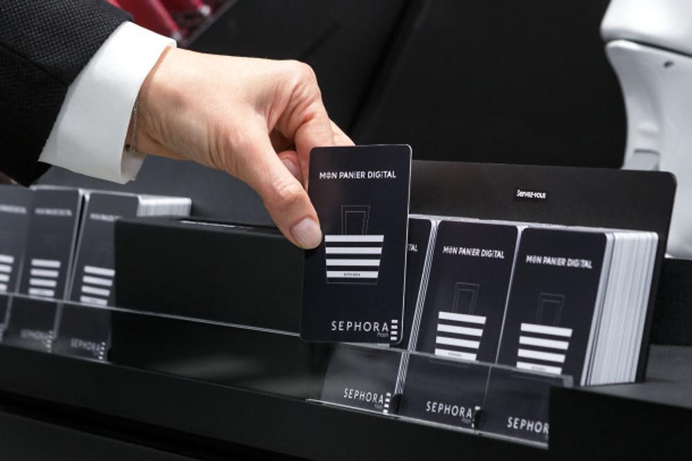 Muni d'une carte NFC dés l'entrée dans la boutique, proposée par un robot Nao, le client va ensuite faire son shopping non seulement avec ce qui est présent dans les différents rayons, mais aussi ce qui ne l'ai pas.