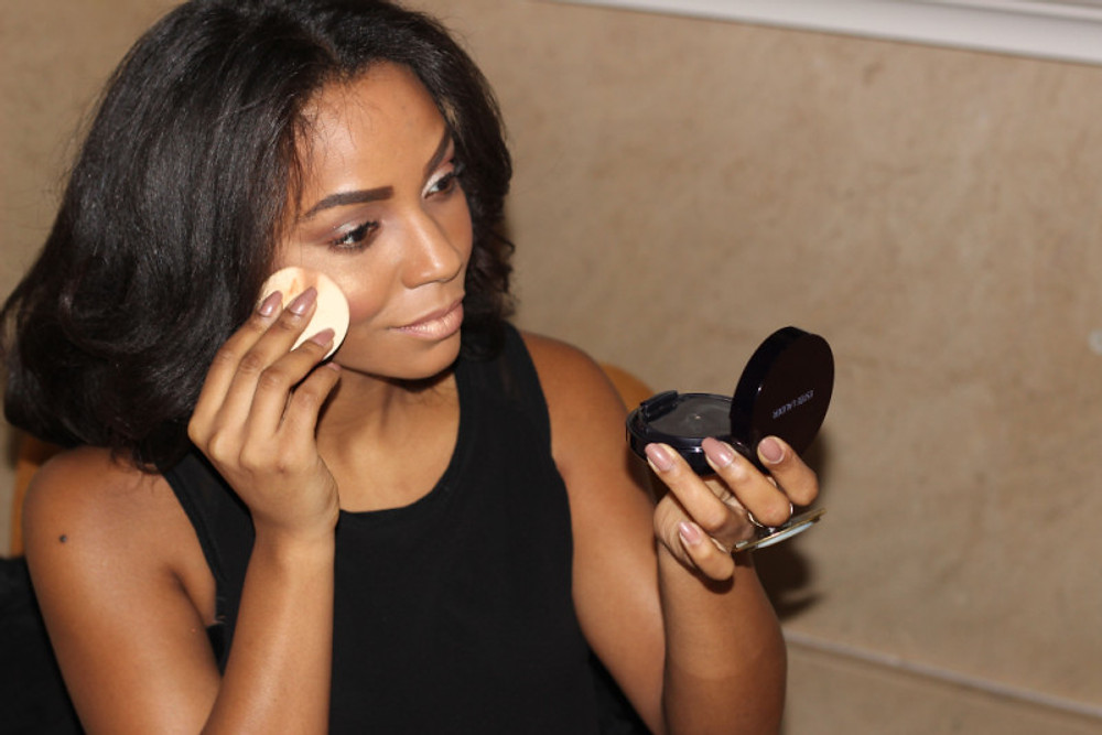 Conseils d'application A l'aide de l'éponge, prélevez le fond de teint puis appliquez sur le visage. Essuyez l'excédent de fond de teint à l'aide d'un mouchoir. Bien refermer après usage et glissez le dans votre sac !