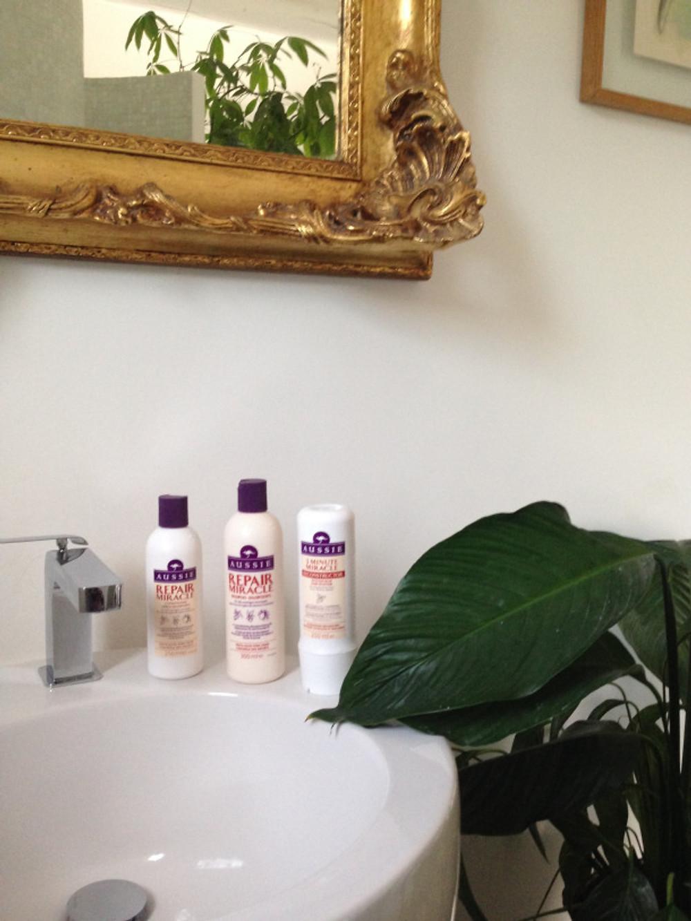 La gamme REPAIR MIRACLE est composée d'un shampoing et d'un après- shampoing, accompagnés du désormais mythique soin 3 MINUTE MIRACLE RECONSTRUCTOR.