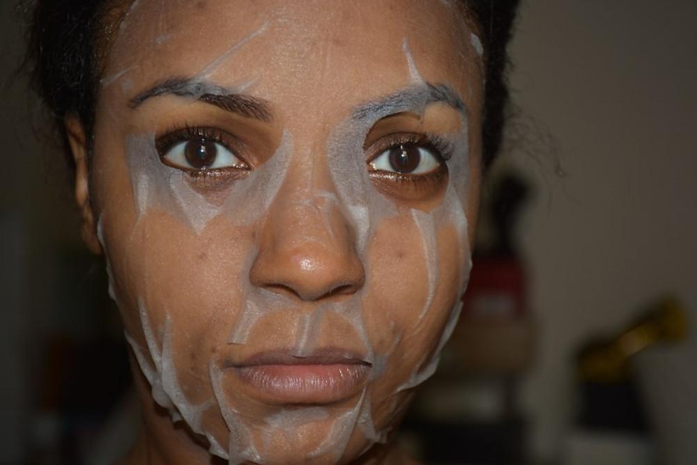 Pas vraiment pratique, on peut s'en mettre partout (ça coule) tant le masque est gorgé de liquide MAIS .....