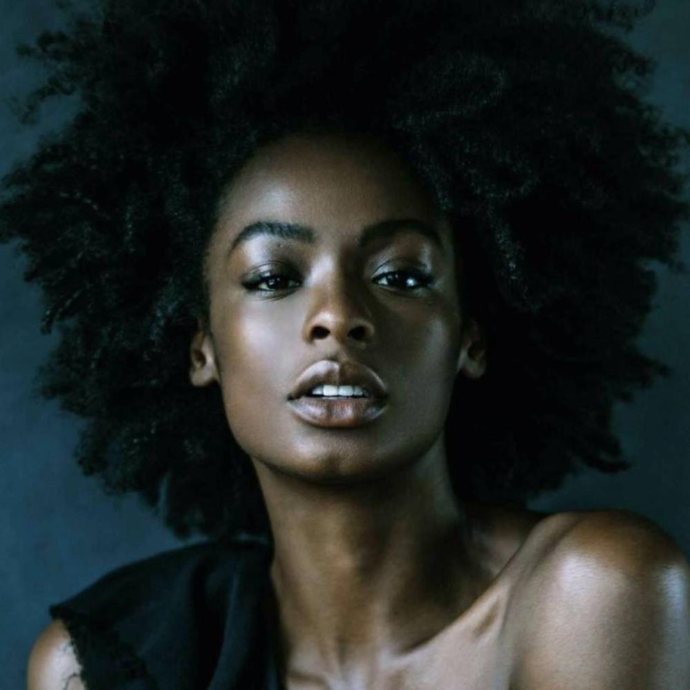 """""""Femme nue, femme noire. Vétue de ta couleur qui est vie, de ta forme qui est beauté. J'ai grandi à ton ombre..."""""""