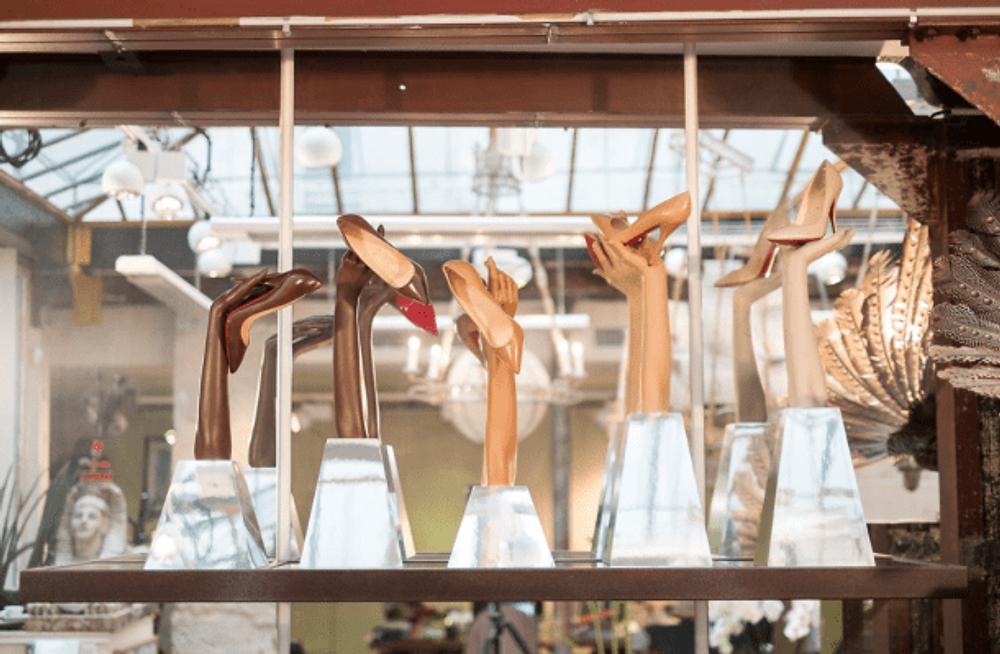 Les Nudes investiront les vitrines de la boutique de la rue Jean Jacques Rousseau. Le site internet et les pages Christian Louboutin sur les réseaux sociaux se mettront égalemment à l'heure des Nudes en permettant aux fans d'explorer la collection sur Facebook et Twitter, et sur les réseaux sociaux ...