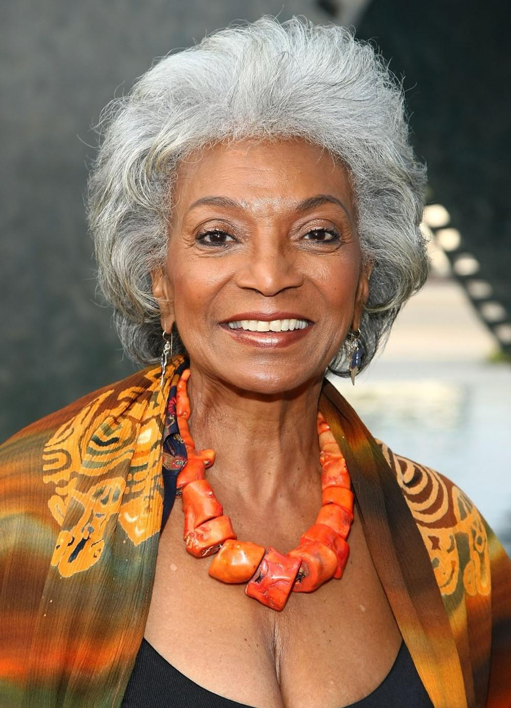 Nichelle Nichols. En 1968, elle participe au premier baiser entre une femme noire et un homme blanc à la télévision américaine dans Star Trek.