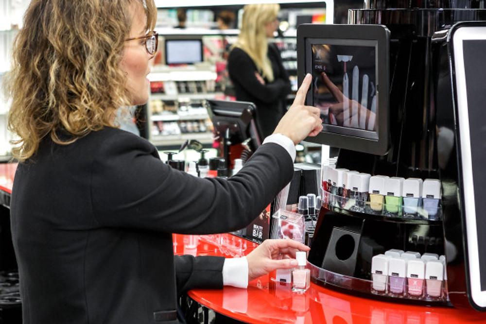 cette fois-ci tout n'est pas physiquement dans le magasin et Sephora a développé tout un système pour unifier à la fois panier virtuel et panier réel.