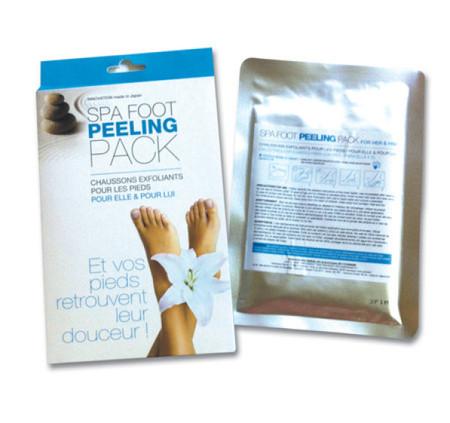 Spa Foot Peeling Pack Sans poncer ni frotter, ce peeling permet de renouveler le processus de régénération cellulaire des pieds, en enlevant les cellules mortes, la cornée et les callosités par desquamation. Issu d'une innovation cosmétologique japonaise: l'association d'un phyto-complexe et d'acides lactiques qui interviennent comme un véritable peeling des pieds. Une praticité et simplicité d'utilisation chez soi ou en institut. Utilisation : Un soin des pieds qui s'utilise très facilement en 3 temps: 1- Enfiler les chaussons, bien appliquer et fermer sur des pieds propres 2- Laisser agir au minimum 60 minutes 3- Bien rincer à l'eau claire et essuyer les pieds Au bout de 3 à 7 jours, un peeling naturel des pieds se déclenche et se manifeste par une desquamation qui peut durer de 2 à 3 jours. Les pieds sont alors doux et lisses, durablement débarrassés des cellules mortes, des crevasses et autres callosités. Véritable révélateur de beauté, ce peeling des pieds peut-être utilisé tous les 3 mois.