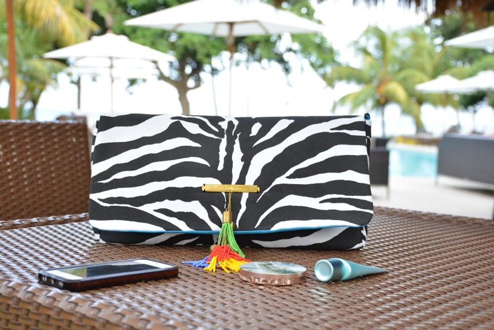 La pochette Serengeti Zebra signée DOREEN MASHIKA 120€