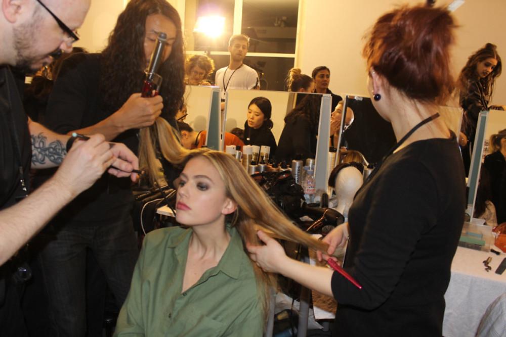 Akki Shirakawa, le hair stylist officiel de REVLON PROFESSIONA à l'œuvre