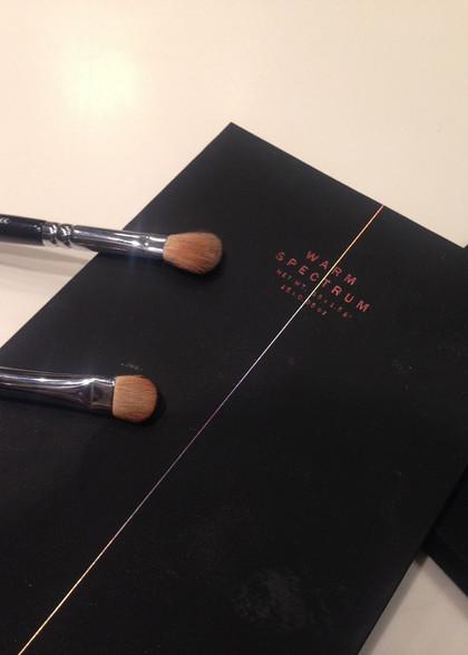 227 Luxe Soft Definer dédié au maquillage des yeux pour estomper l'ombre à paupières, et le 224 Luxe Defined Crease dédié au travail du fard à paupières sur la paupière mobile..