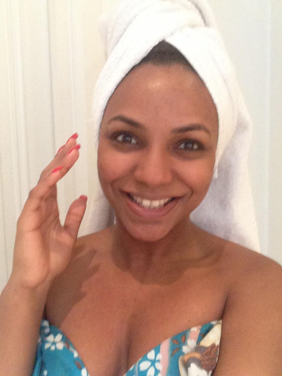 Visage gommé et rincé (sans l'application de la crème de jour.) Ma peau est nette et propre.