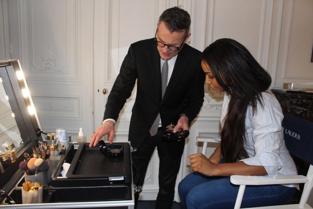 Démonstration du produit dans le fameux SALON BLEU d'Estée Lauder en compagnie de Patrick Lorentz. YES, j'ai trouve MA TEINTE PARFAITE : 5W1 BRONZE.