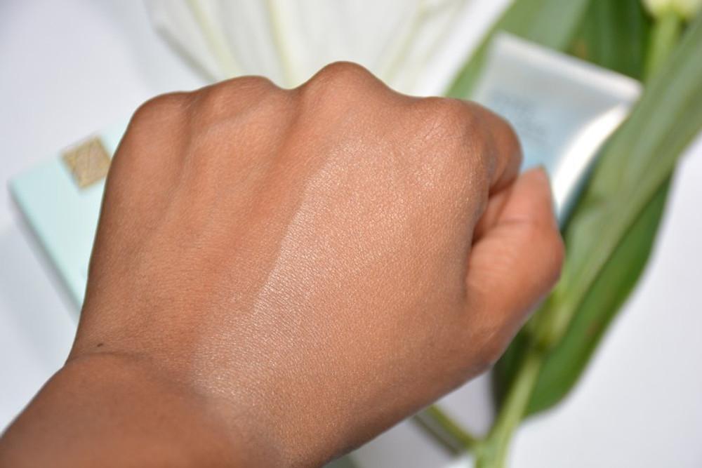 Résultat, le teint est lisse et lumineux (mais ce que vous ignorez est que votre peau est traitée simultanément). Hydratée, protégée et soignée.