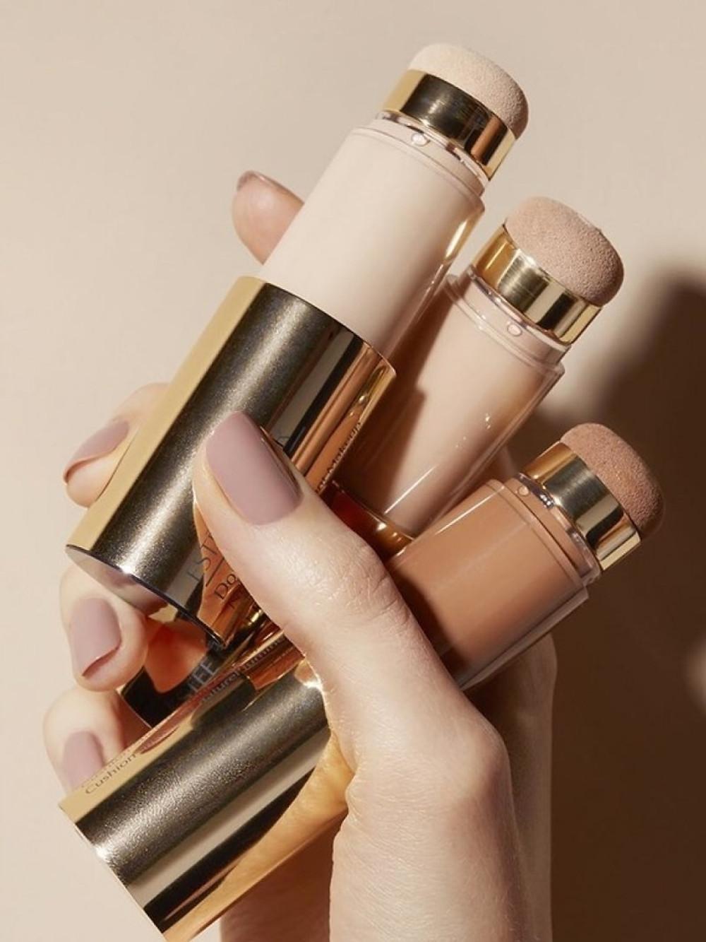 Ce système de distribution unique, aux multiples bienfaits, améliore l'apparence de la peau et lui donne un aspect éclatant, frais et plein de vitalité.