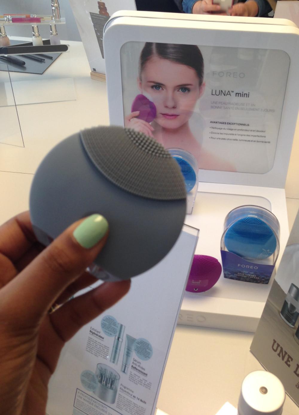LUNA mini Appareil T-Sonic nettoyant pour le visage. En diffusant les pulsations T-Sonic™ (transdermal sonic) à travers les picots en silicone doux, Luna™ mini nettoie la peau et débarrasse la peau des cellules mortes, des impuretés et des résidus de maquillage. La brosse élimine également l'excès de sébum et réduit la dilatation des pores pour assurer un grain de peau comme parfait.