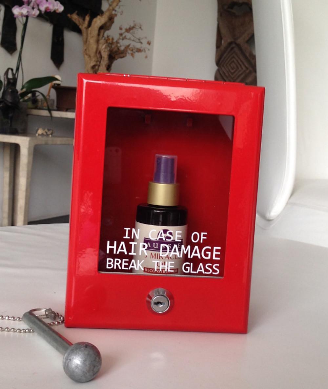 Cette huile miraculeuse peut être utilisée de 3 façons :  - Avant le shampoing, pour protéger les longueurs et les pointes. - Sur cheveux humides après le shampoing, pour protéger les cheveux des agressions extérieures.  - Sur cheveux secs, pour donner un coup d'éclat supplémentaire !