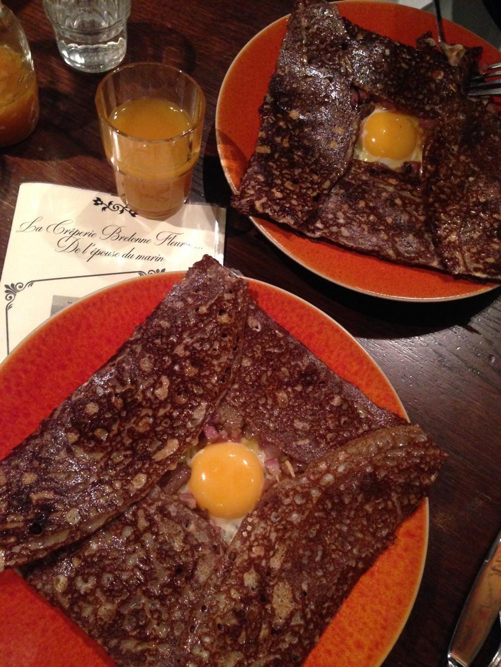 Délicieuses crêpes lardons, oignons, fromage, œuf & champignons dégustées à la @creperie_bretonne_fleurie