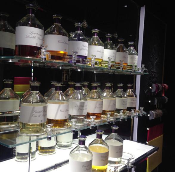 Incroyables fontaines de parfums. Pour recharger ses flacons...
