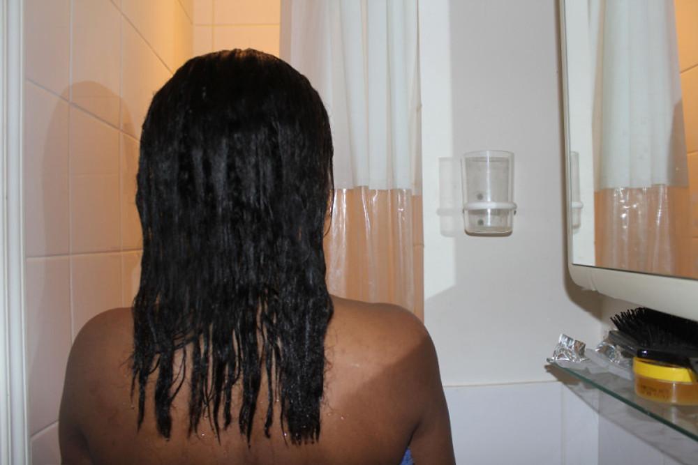 Le cheveu est bien hydraté et nourri.
