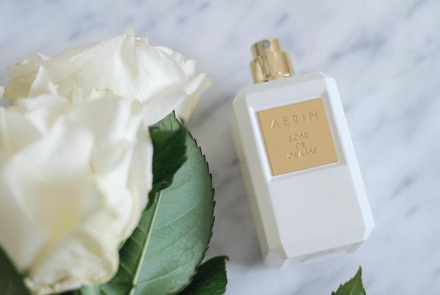 Ce parfum capture les multiples charmes de la rose...