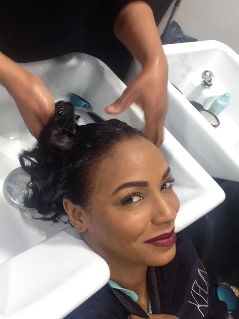 Passage au bac pour tester ce shampoing BAIN FORCE ARCHITECTE d'exception. La texture de ce shampoing est assez épaisse (presque comme un gel très liquide). La fibre capillaire elle, se répare pendant le processus de lavage. (N'hésitez pas à laisser le shampoing traîner 1 à 2 min dans vos cheveux)..
