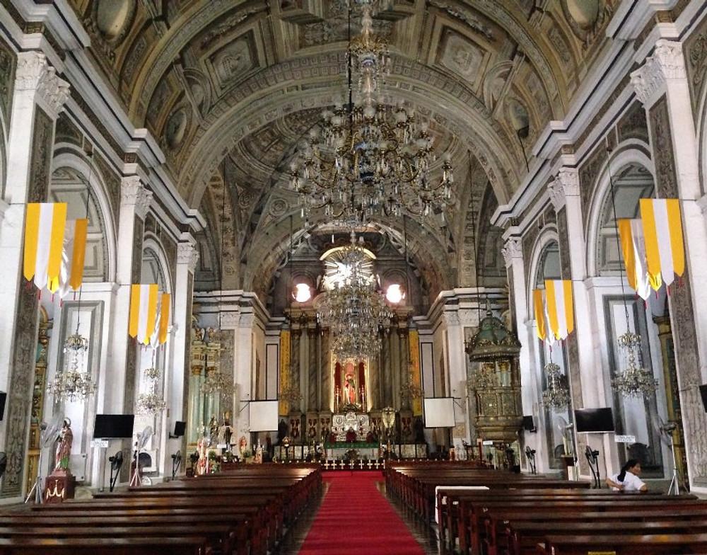 ÉGLISE SAINT-AUGUSTIN Quelle belle opportunité que j'ai eu... Construite entre 1586 et 1606, cette église est la plus vieille de Manille et l'une des plus anciennes des Philippines... Elle est déclarée patrimoine de l'humanité par l'Unesco. Un réel joyau baroque de l'époque coloniale (dans lequel je ne me marierai jamais parce que la rumeur veut que aucun mariage fait dans cette église n'ai fait long feu...). J'en profite d'ailleurs pour vous dire que le divorce n'est pas autorisé aux Philippines (les gens se séparent juste officiellement) mais pas de possibilité de se remarier (car pas divorcé)... Bref cette églises est incroyable de part son histoire. Elle a été endommagée à de nombreuses reprises suite à différents tremblements de terre depuis le XVIIe siècle et aux bombardements de 1945 tout le monastère dans lequel elle résidait a été détruit dans son ensemble (seule l'église est restée quasiment intacte avec bien entendu, des dégâts mais pas à la hauteur des attaques faites à l'encontre du lieu).. On peut admirer son intérieur baroque et ses peintures en trompe l'oeil réalisées au XIXe siècle par des artistes italiens (ce que vous voyez sur le plafond ne sont pas des sculptures mais des peintures... J'étais bluffée). Ps : c'est bien la PREMIÈRE FOIS DE MA VIE que j'entre dans une ÉGLISE et trouve une représentation de JESUS NOIR... Pas métisse .. Pas quarteron .. NOIR..