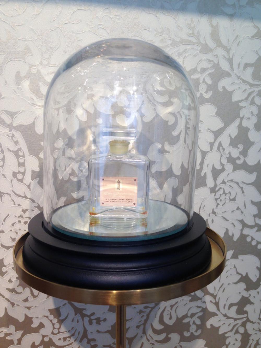 Seul un flacon originel du parfum Rose Desgranges de 1961 subsiste, créépar un maitre verrier, habillé de son étiquette initiale mettant en exergue la statue sous alcôve trônant dans la cour intérieure . Vous le découvrirez mis sous cloche dans son écrin d'origine !