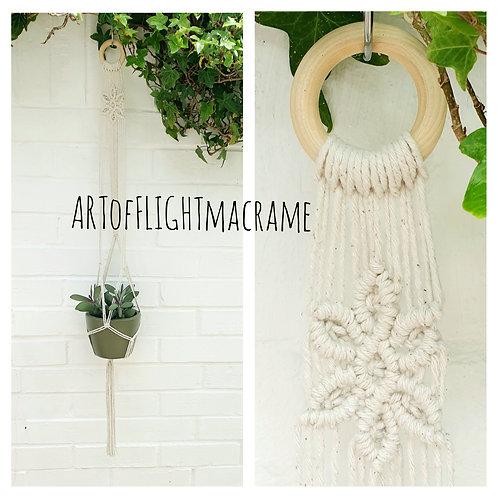Minimalist plant hanger with flower detail