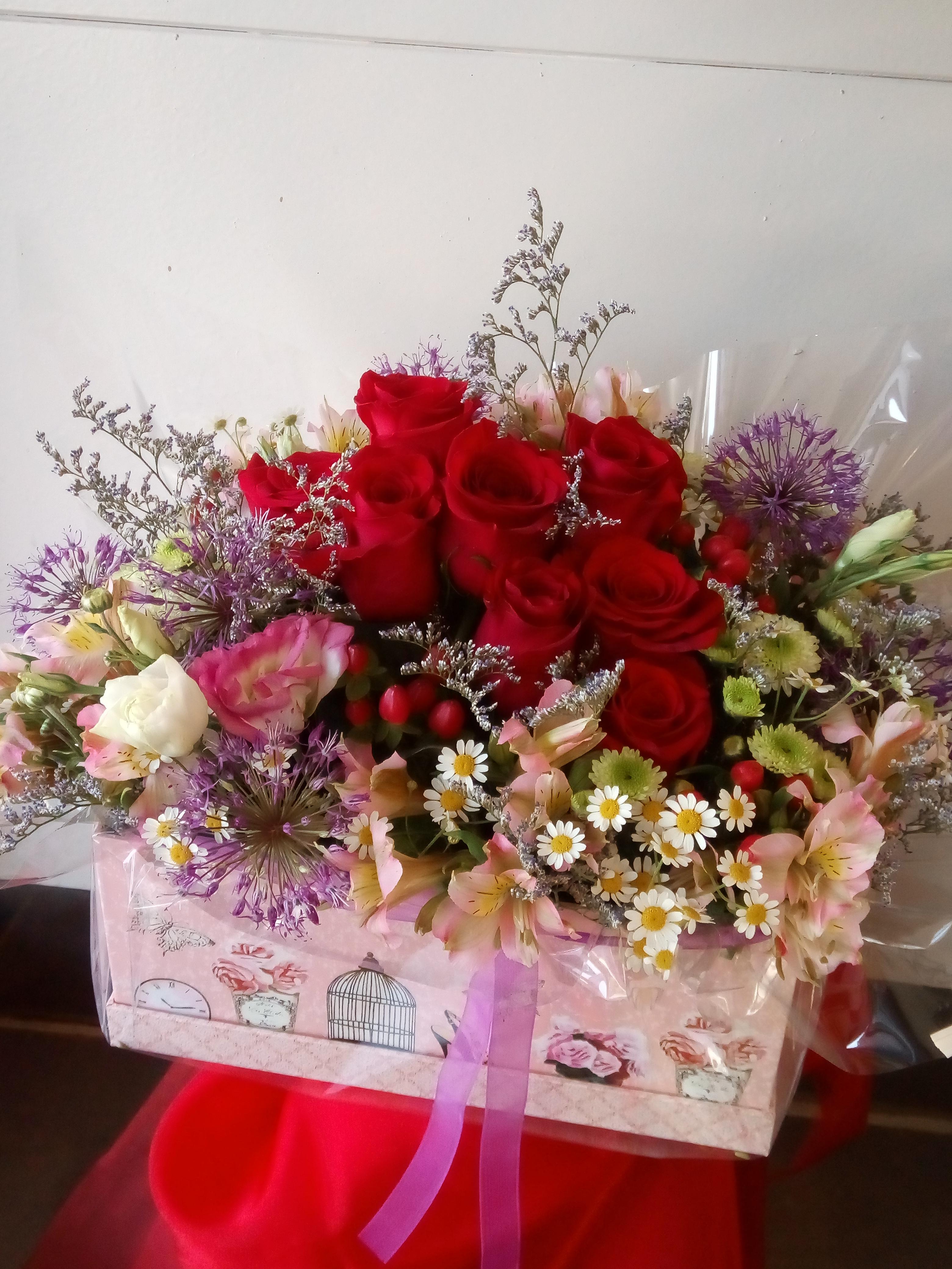 Caixa amb roses i flor variada