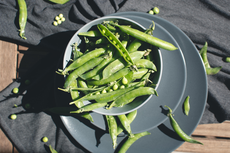 foodiesfeed.com_fresh-pea-outside