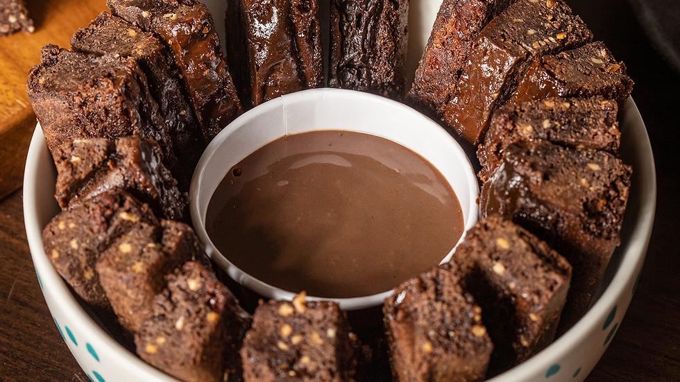 Bordinhas de brownie com calda de brigadeiro