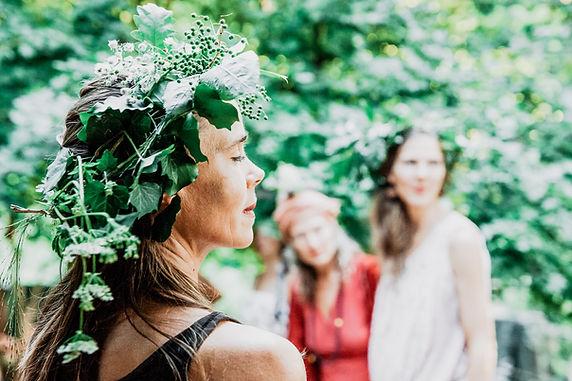 Women in the Woods - Frau mit Blumenkranz