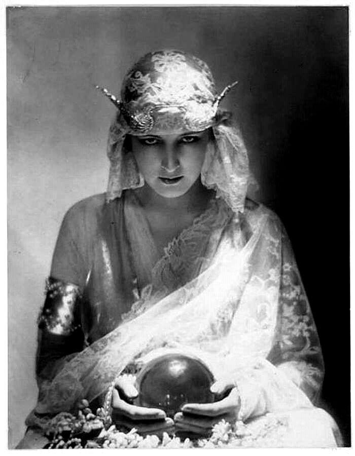 Vintage Fortune Teller, crystal ball vintage, rising utopia tarot, tarot à Paris