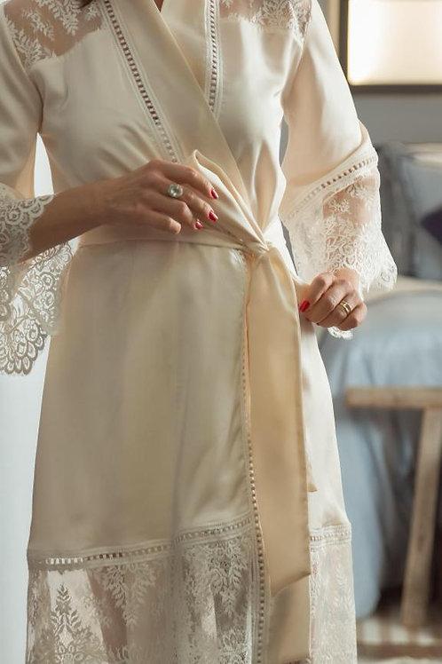 Robe em crepe com barra de renda em chantilly