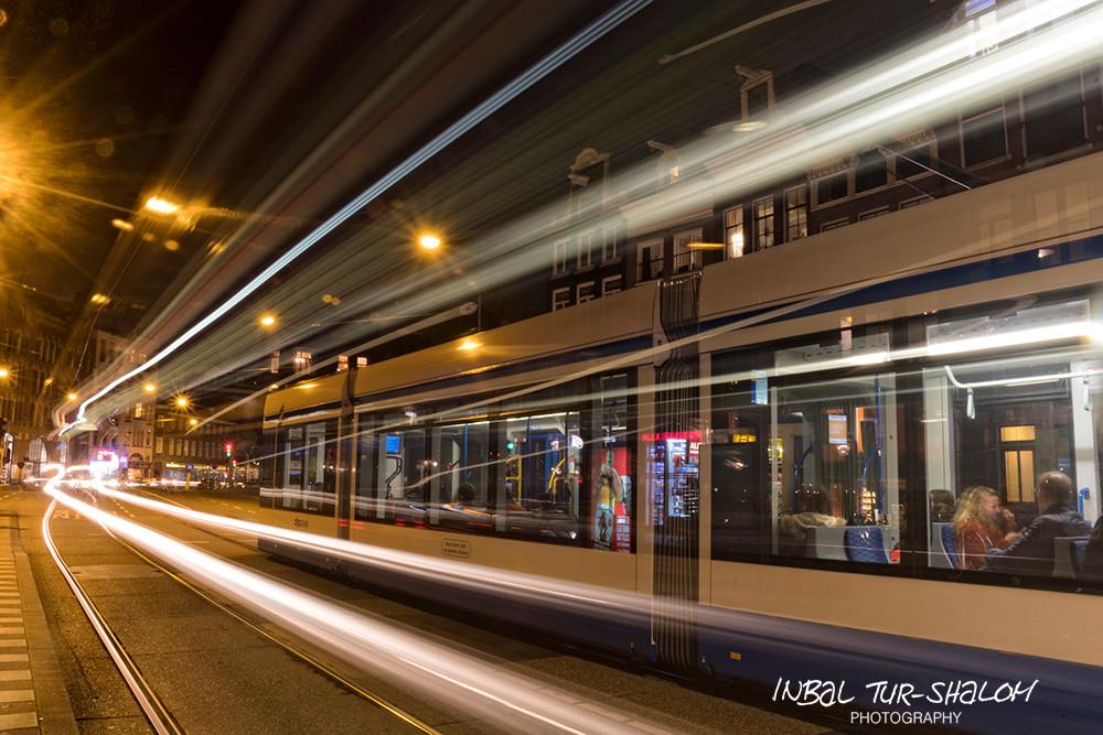 חשיפה ארוכה של תנועת חשמלית באמסטרדם בלילה