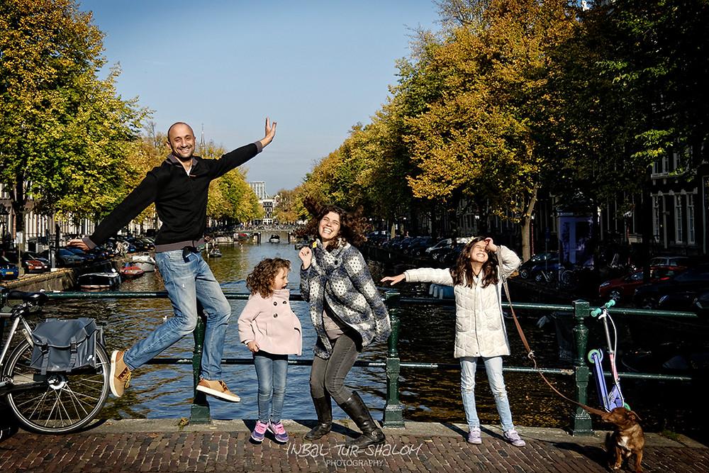 צילומי משפחה באמסטרדם, קופצים על גשר וברקע תעלה