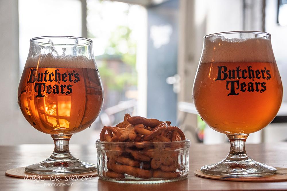 שתי כוסות בירה וצלוחית חטיף