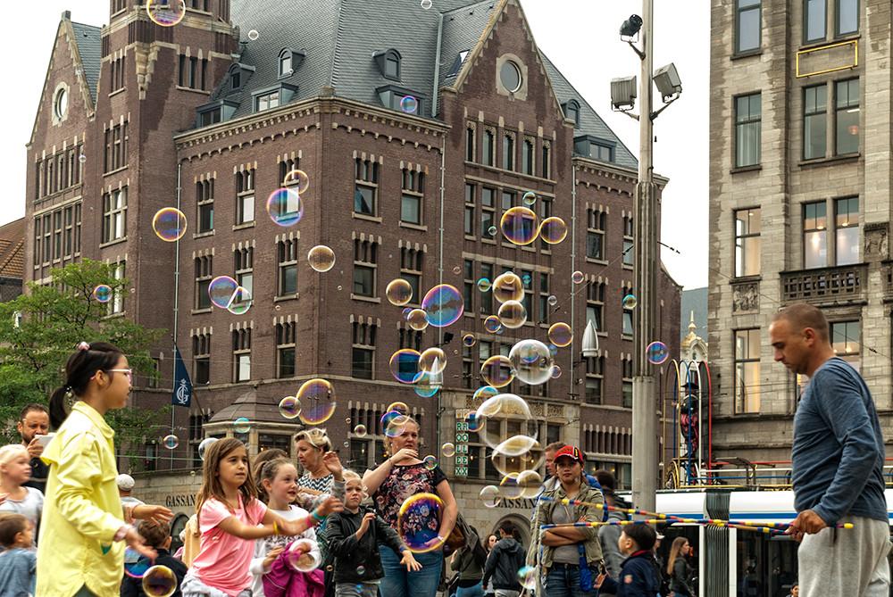 Street artist makes soap bubbles