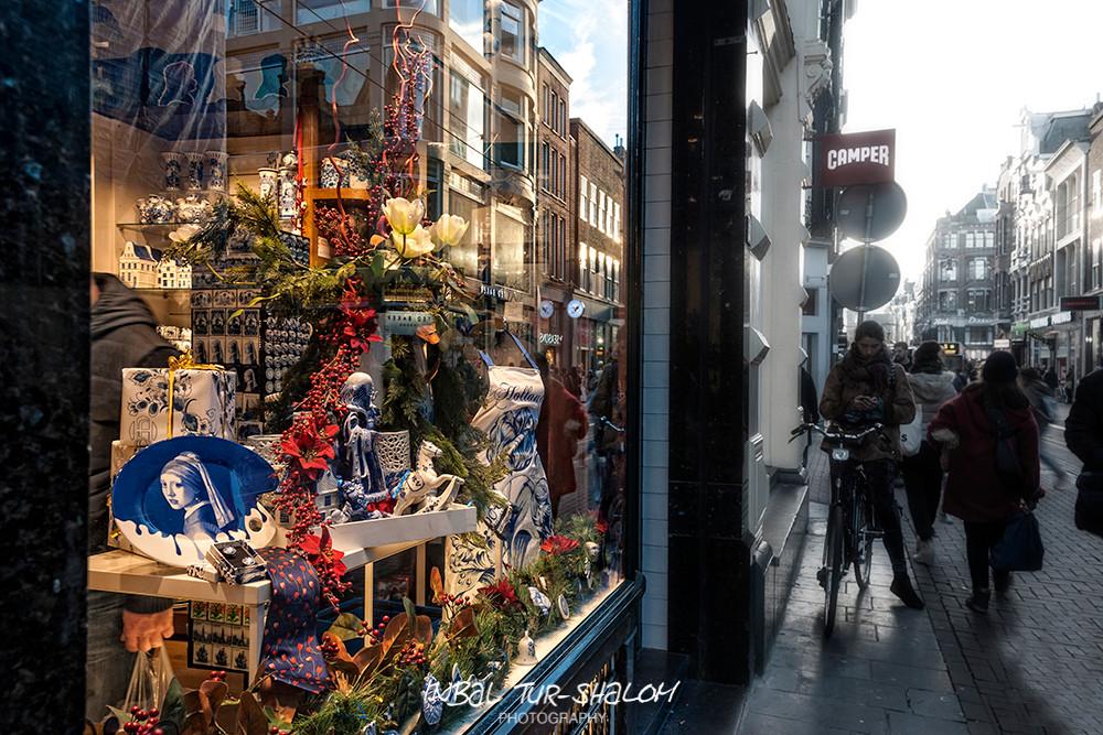 ,חלון ראווה של חנות מזכרות באמסטרדם המציג מוצרי דלפט-בלו Delft Blauw, Delft Blue, Delftware
