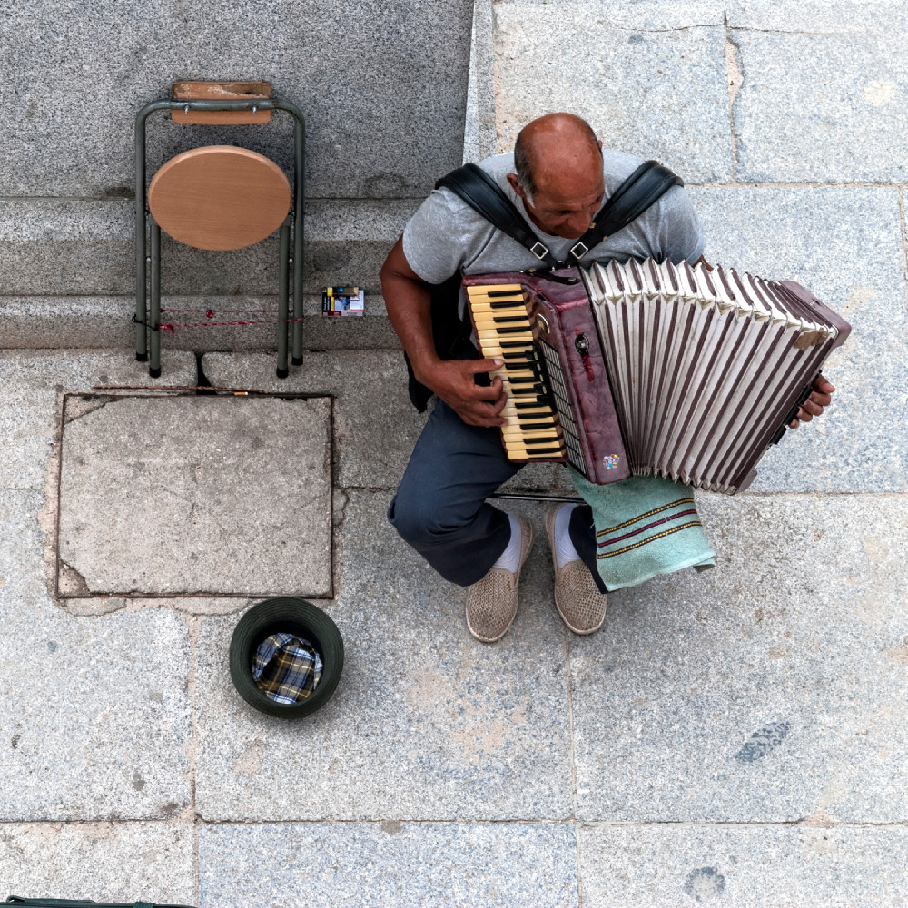 down view at Street Musician in Sabatini Gardens Madrid, Jardines de Sabatini in Madrid, Spain, photography tips and tricks