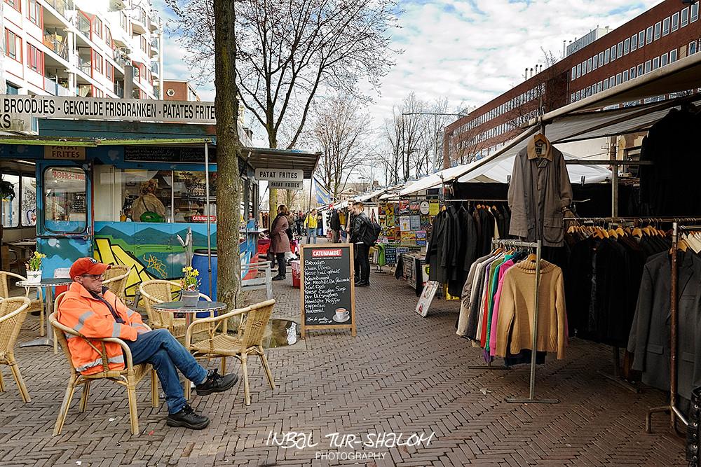 , דוכני בדים ודוכני אוכל בשוק הפשפשים בווטרלו-פליין באמסטרדם Waterlooplein