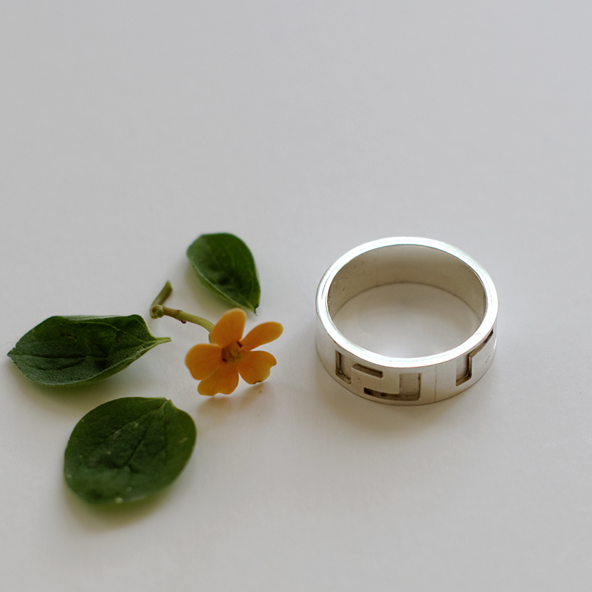 "Witgouden ring ""Meander"""