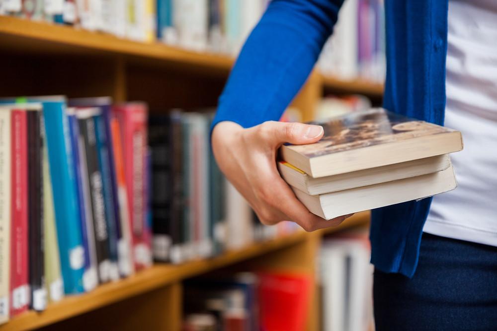 Hoe kies je een boek in een bibliotheek?