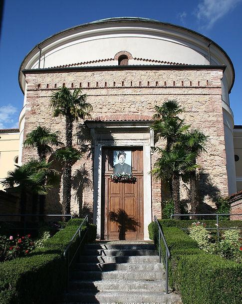 1024px-Chiesa_della_Sacra_Famiglia_2.jpg