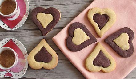 biscotti-bicolore-a-cuore-ricetta-dolci-